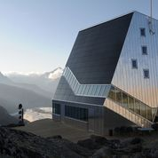 Monte rosa hut. Självförsörjande bergsstation med Matterhorn i bakgrunden. Dubbelfalsad obehandlad aluminiumplåt.